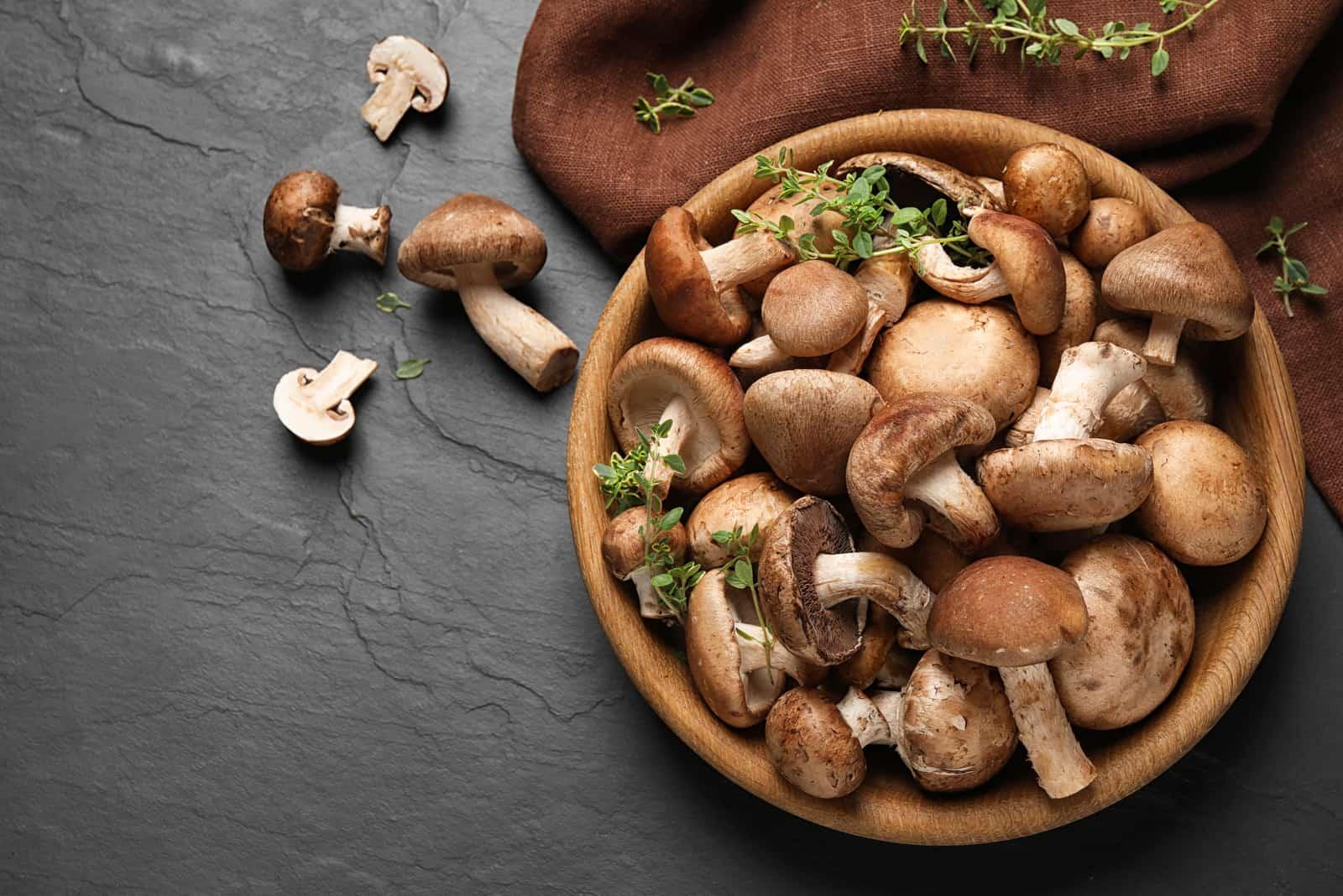 eine Schüssel voller frischer Pilze