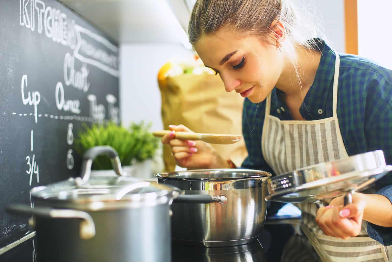 Frau kocht in ihrer Küche