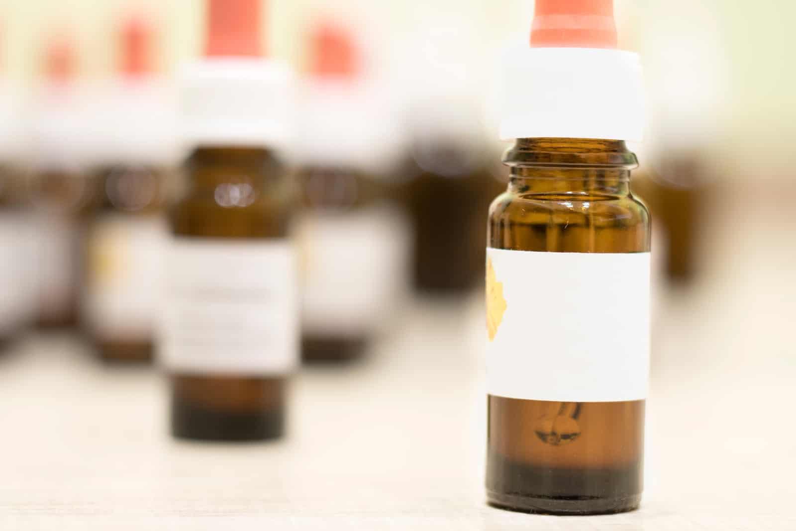 Bachblumenflasche auf dem Tisch
