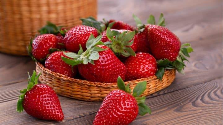 saftige Erdbeeren in einer Weidenschale