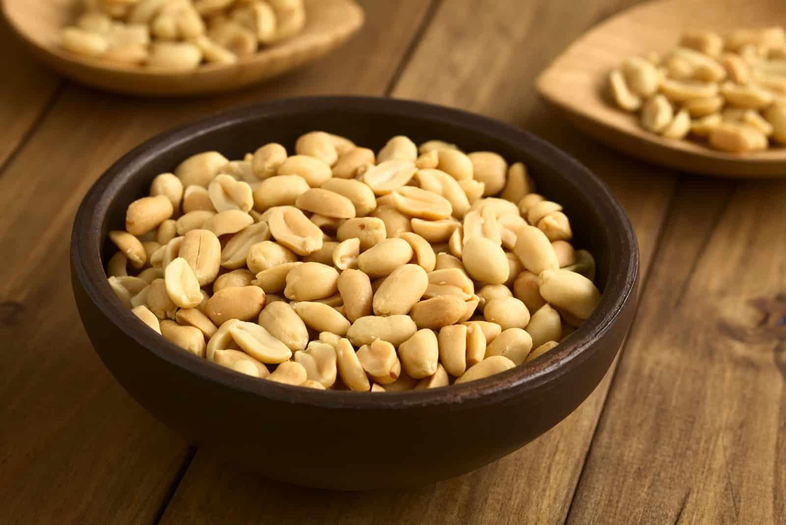 Geröstete geschälte ungesalzene Erdnüsse in einer rustikalen Schüssel