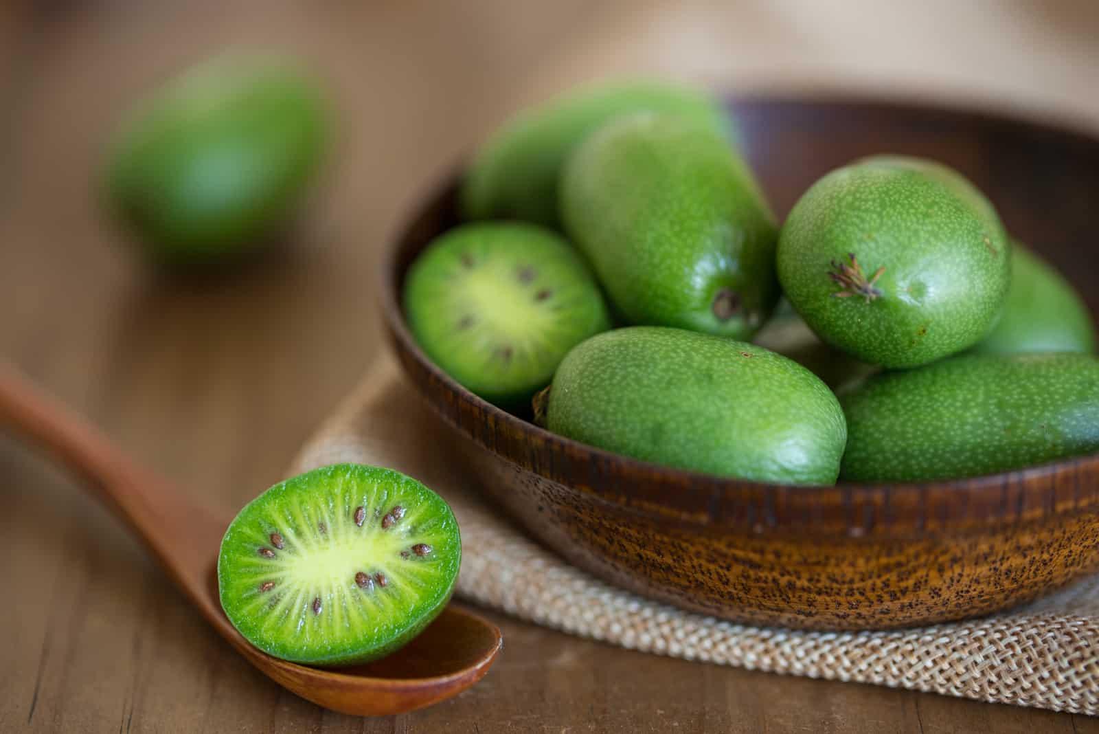 Kiwi-Beeren auf dem Tisch