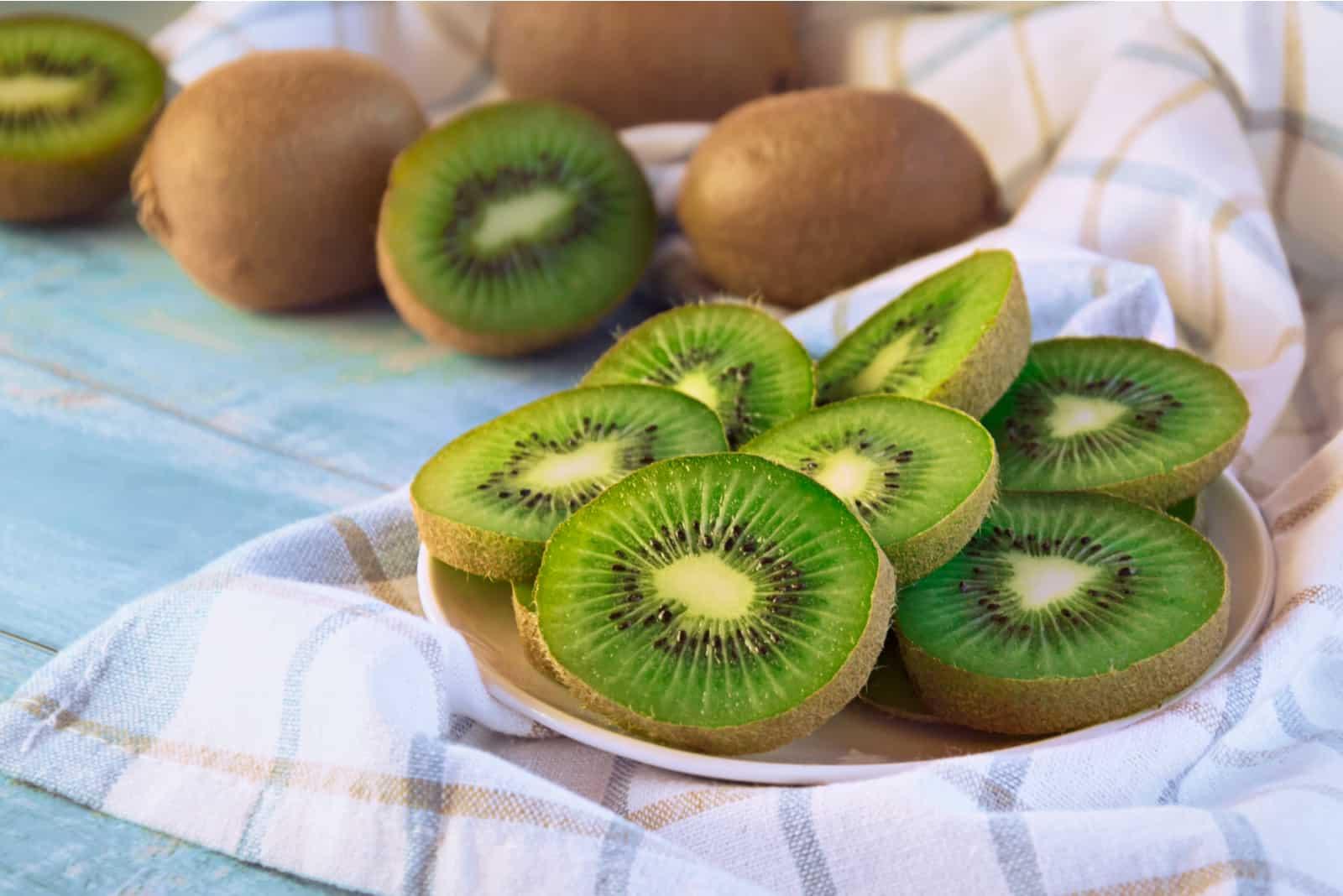 Kiwi in Scheiben auf einem Teller