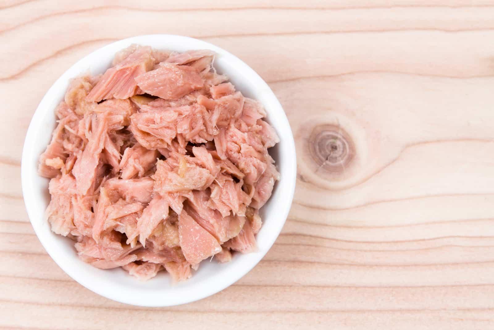Schüssel Thunfischbrocken auf Holztisch