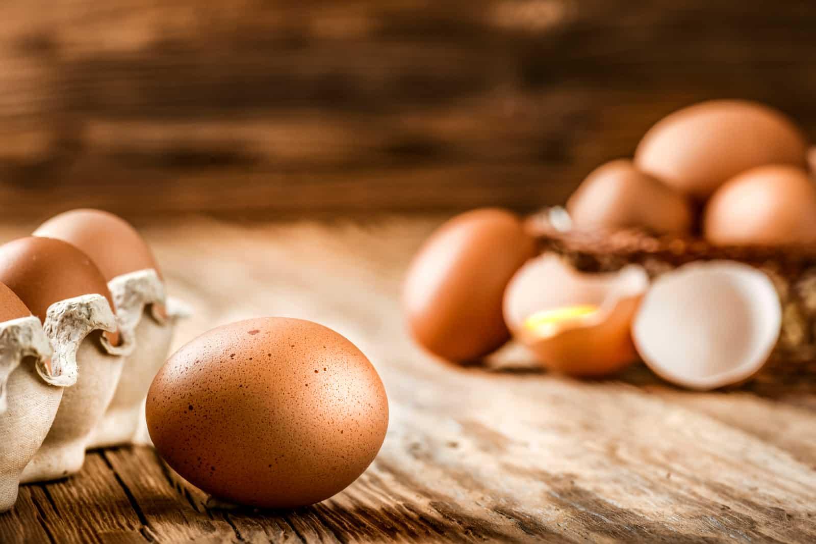 frische Eier auf dem Tisch