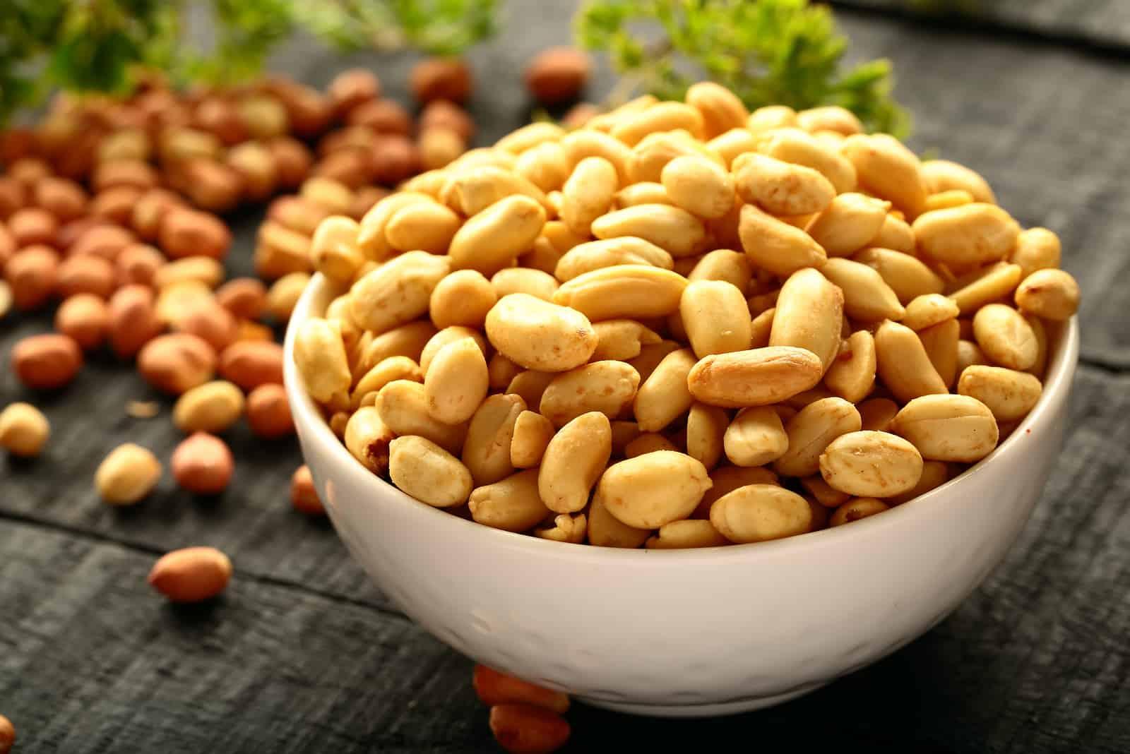 gesalzene Erdnüsse in weißer Schüssel