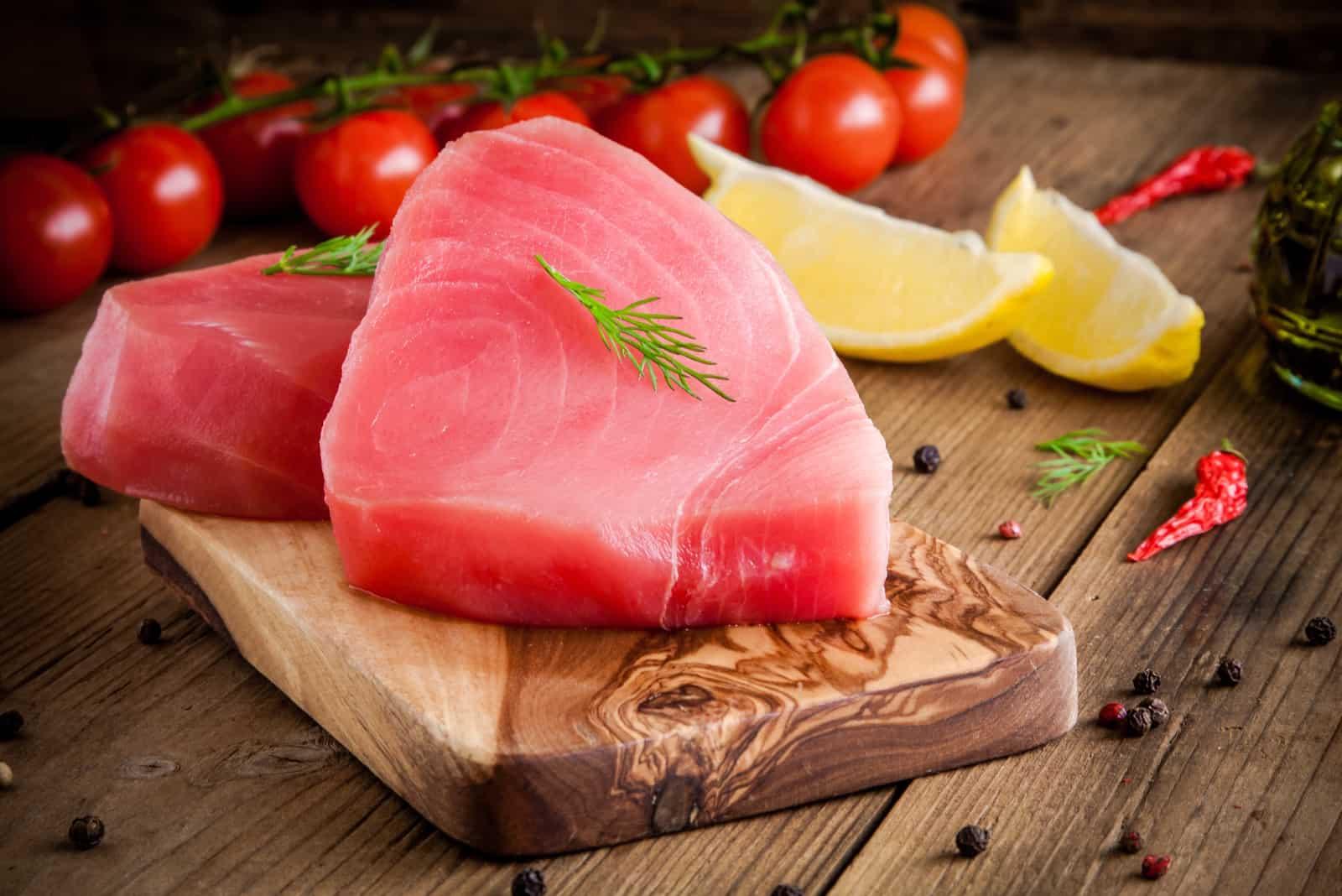 roher frischer Thunfisch auf dem Tisch