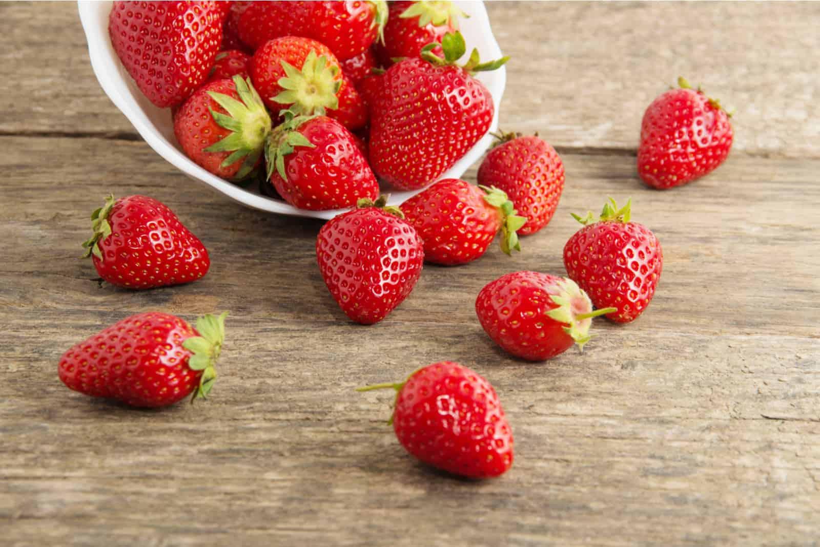 rote Erdbeeren auf Holztisch