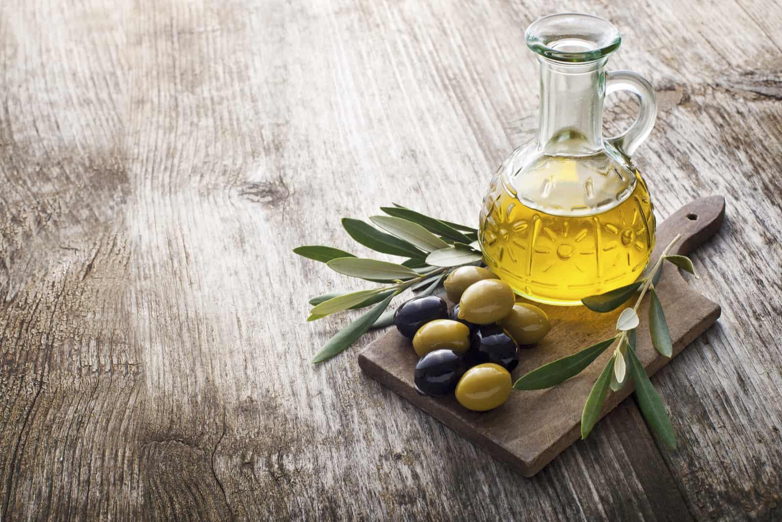 Olivenöl in einer Schüssel auf dem Tisch