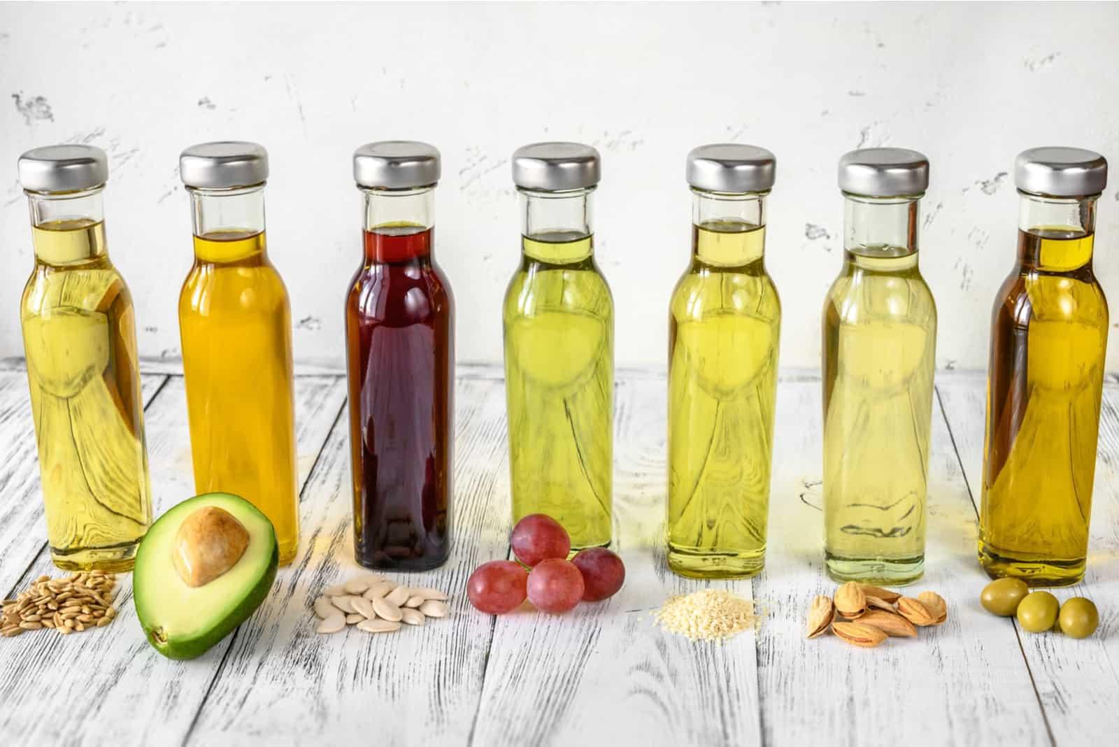 Sortiment an Pflanzenölen in Flaschen