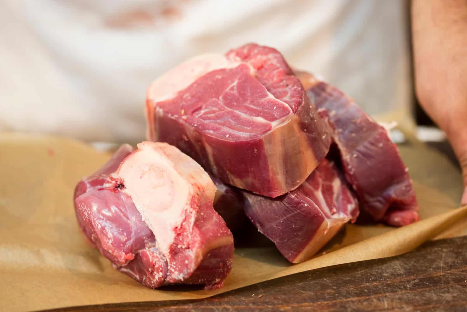 frisches Rindfleisch in Scheiben geschnitten