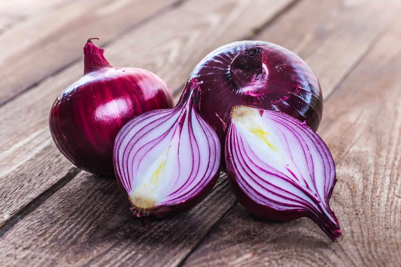 rote Zwiebel auf einem hölzernen Hintergrund
