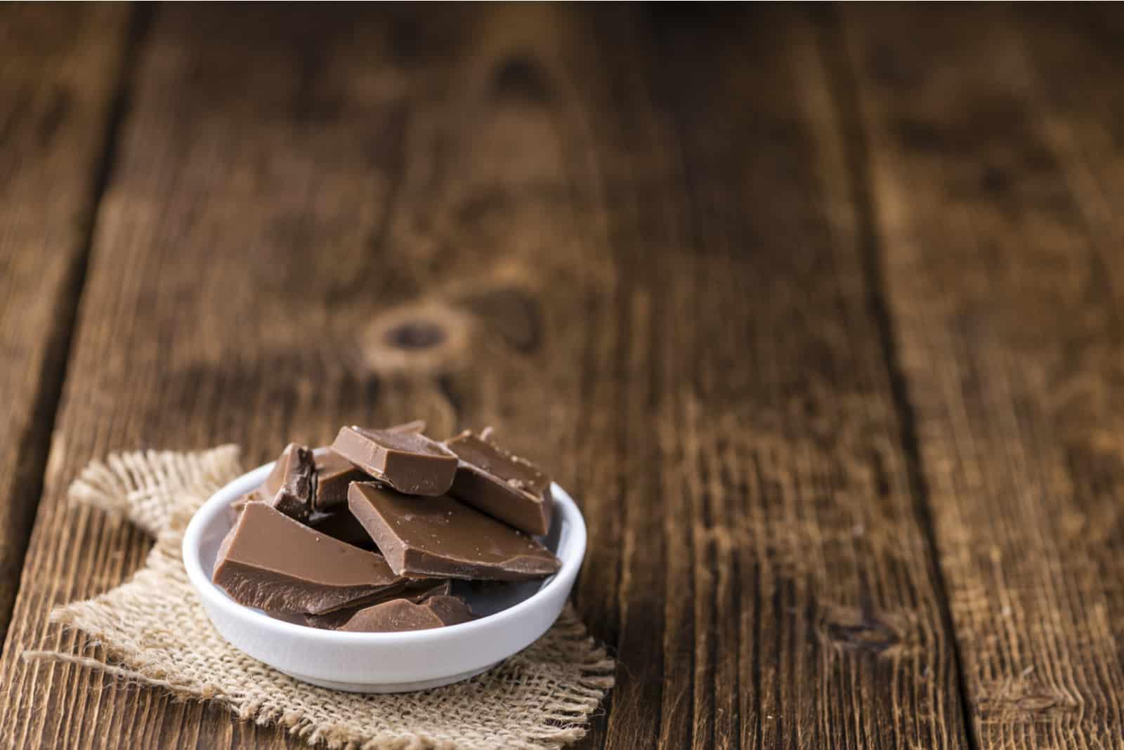 Schokolade auf einem alten Holztisch