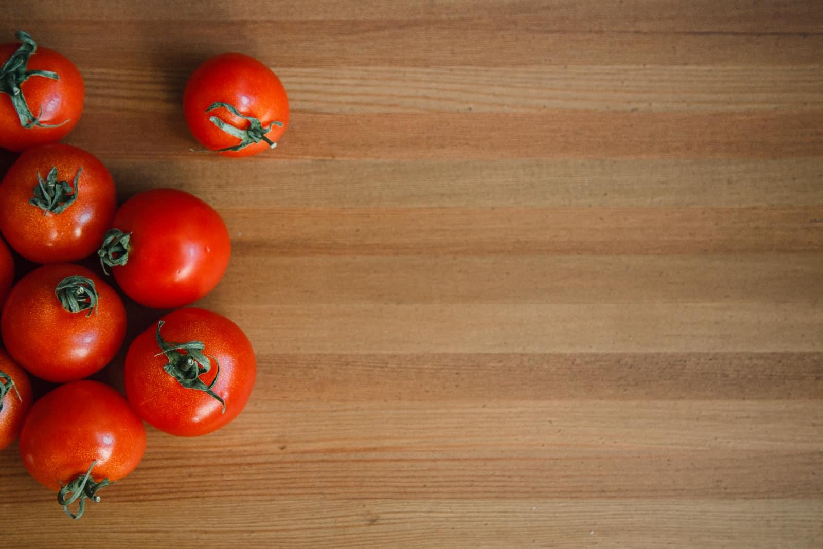 Tomaten-Holz-Hintergrund Gemüsebrett